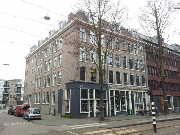 Links de Eerste Leeghwaterstraat, rechts de Czaar Peterstraat.