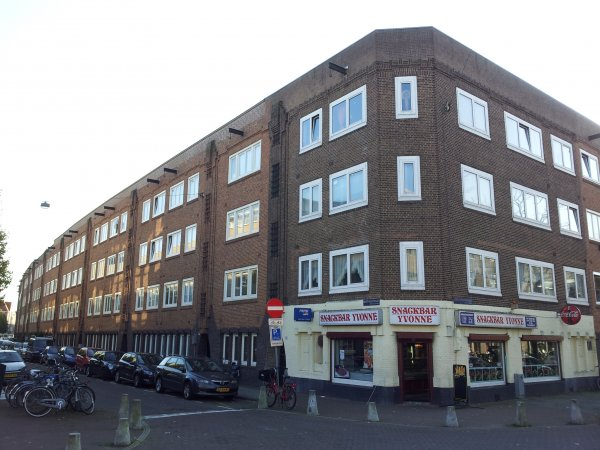 Bestevâerstraat 173-213, rechts de Karel Doormanstraat.